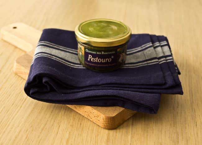 Le pot de Pestouro a été également dévoré très rapidement, utilisé dans un plat pour accompagner des rigattinis, il a su apporter cette note de nouveauté avec le fromage de chèvreet les amandes qui le compose. Il s'agit d'un produit que nous allons sûrement commander à nouveau afin de le tester dans d'autres recettes.    Le pot de Sassoun a été la grande surprise de cette box, n'étantpas fan des anchois nous avions quelques appréhensions quant à ce mélange avec les amandes et nous avons été agréablement surpris ! Les anchois sont assez adoucit par la crème d'amande et sur du pain complet grillé, c'esttrès bon.