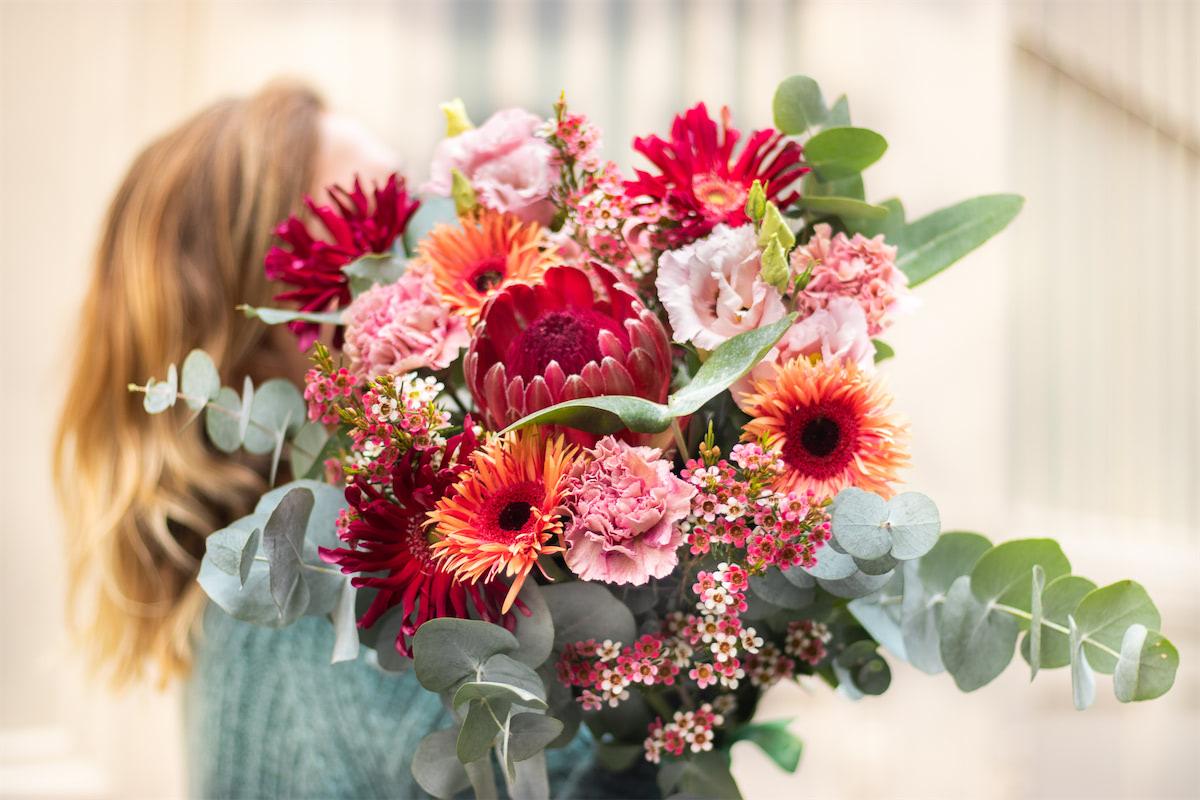 Une femme avec un bouquet de fleurs