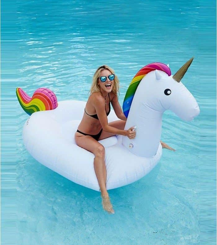 cadeau fun : Une bouée délirante pour ne pas passer inaperçu à la piscine