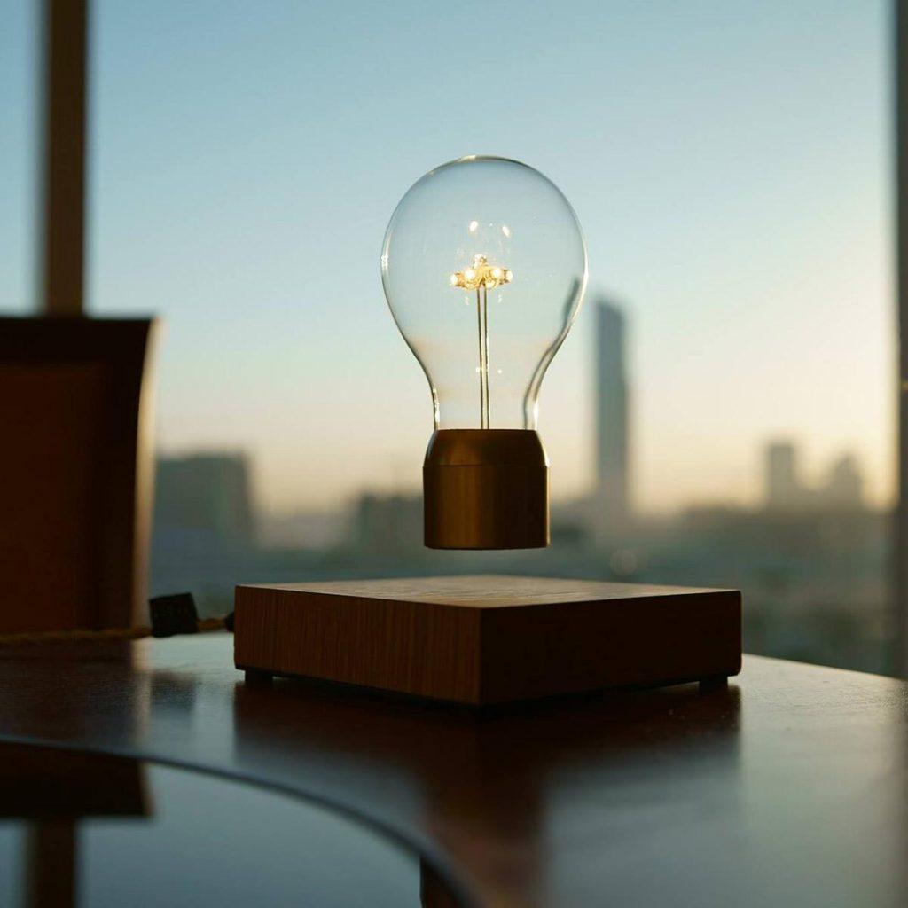 cadeau magique : Une lampe en lévitation pour un éclairage magique