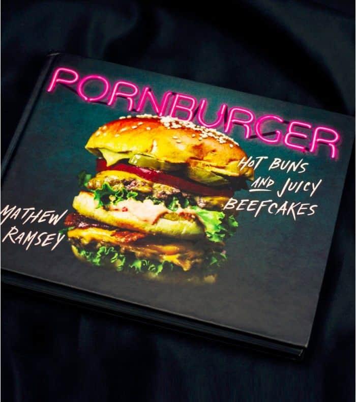 Un livre avec des hamburgers