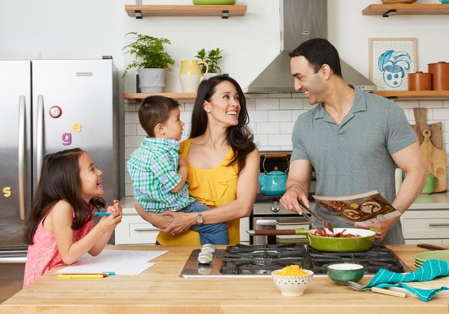 Une famille qui cuisine les produits