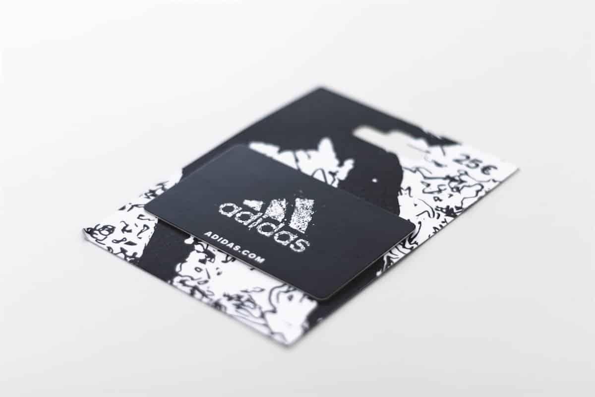 Une carte cadeau de magasin adidas