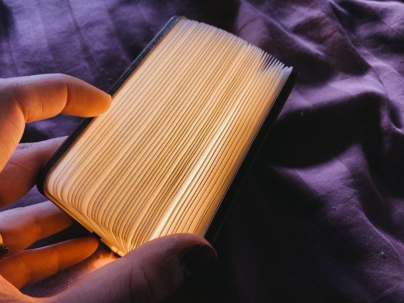 Le livre lumineux mi-ouvert