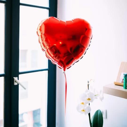 Une Box ballon cœur : un cadeau original pour une femme de 30 ans