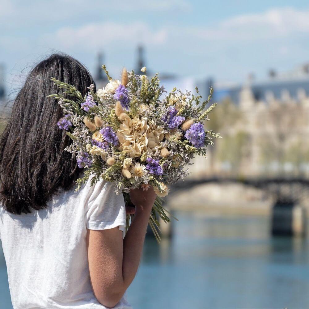 Une femme avec un bouquet Flowrette