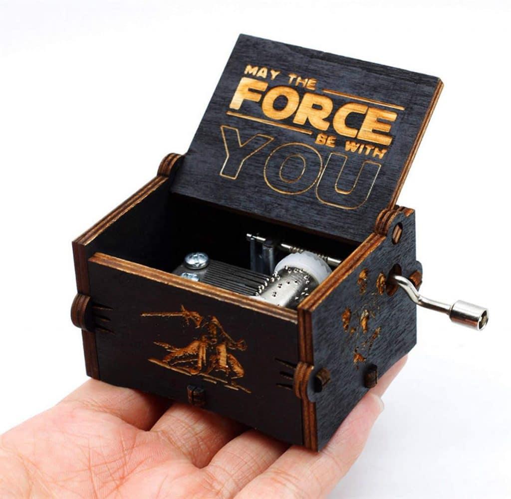 2. La boîte à musique en bois noire Star Wars